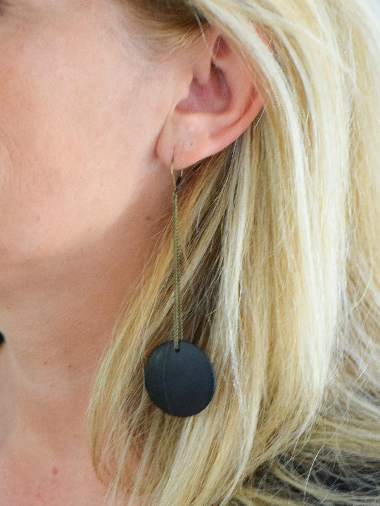 boucles-d-oreilles-gabrielle-noir-creation-de-bijoux-par-les-delires-de-lolotte